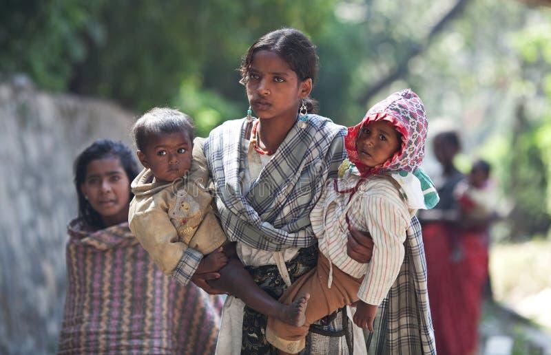 Jonge Nepalese vrouw met twee kinderen stock afbeelding