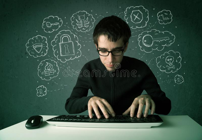 Jonge nerdhakker met virus en het binnendringen in een beveiligd computersysteem gedachten royalty-vrije stock foto