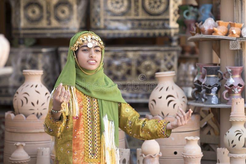 Jonge Omani dame in traditionele kleding stock foto
