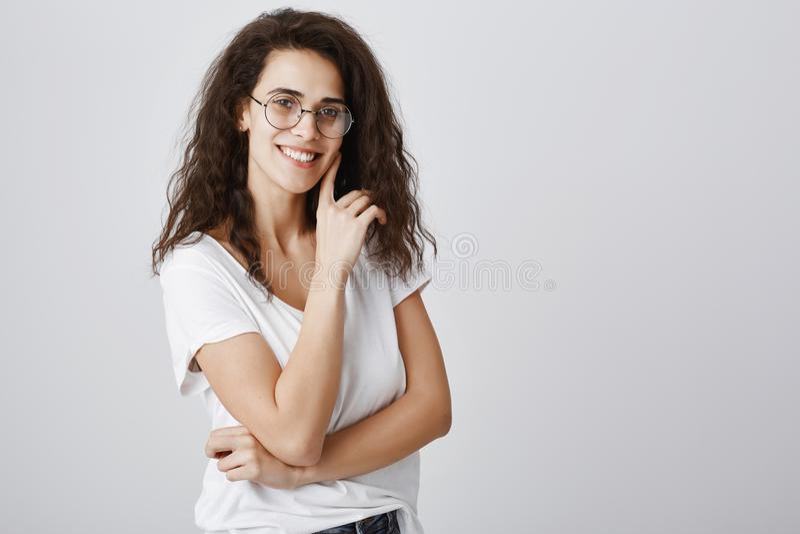 Jonge onafhankelijke onderneemster die aan bedrijfvergadering deelnemen Aantrekkelijk slim wijfje in in ronde glazen stock afbeelding