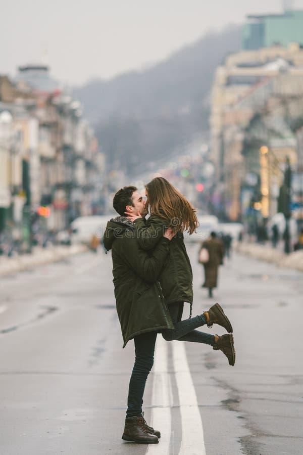 Jonge onbezorgde gelukkige mensen Kaukasische jonge studenten Kerel en meisje Liefde Gang samen op de Europese straat in de winte stock foto