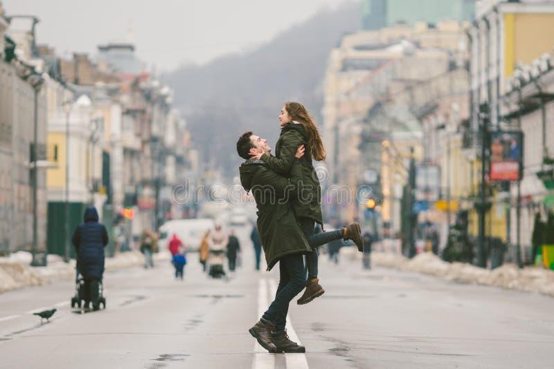 Jonge onbezorgde gelukkige mensen Kaukasische jonge studenten Kerel en meisje Liefde Gang samen op de Europese straat in de winte royalty-vrije stock foto
