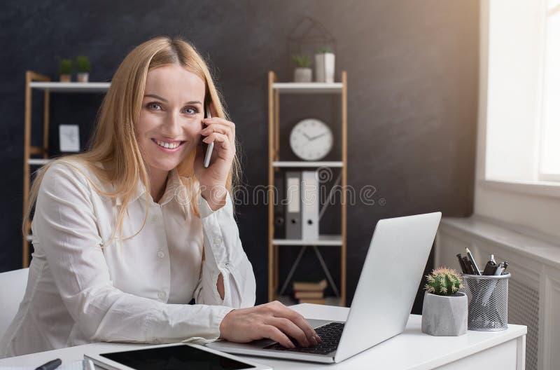 Jonge onderneemster die bedrijfsvraag in bureau hebben stock foto