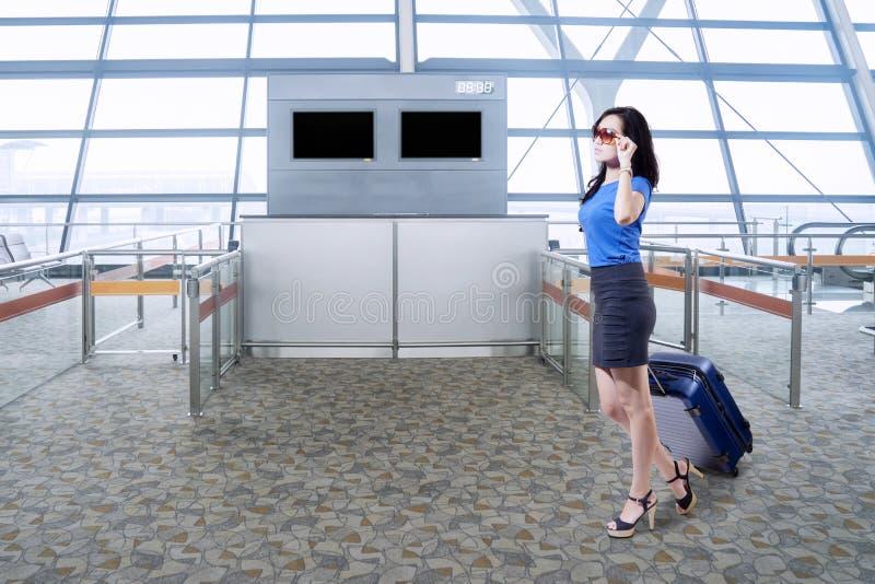 Jonge onderneemster die in de luchthaven lopen royalty-vrije stock afbeelding