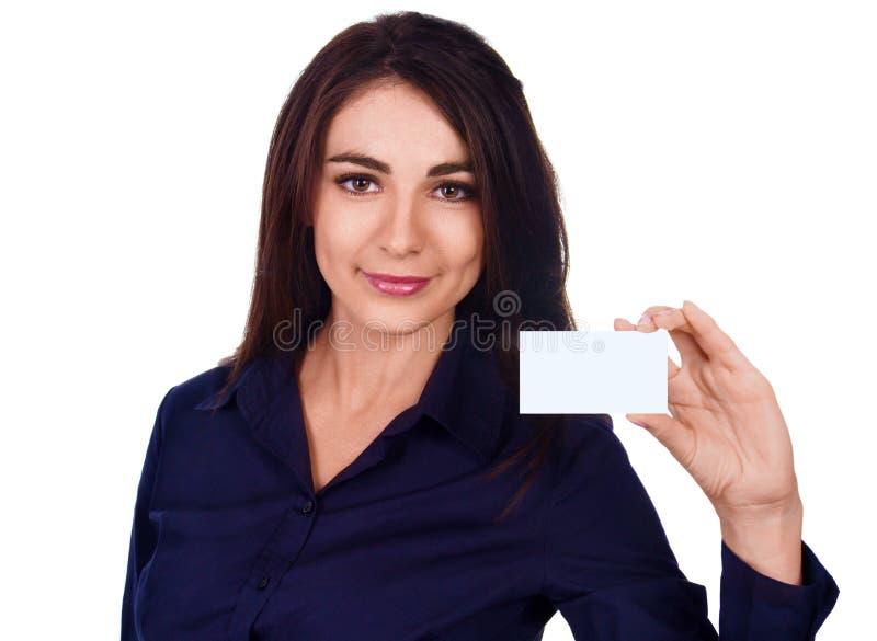 Jonge onderneemster die een leeg die adreskaartje overhandigen, over wit wordt geïsoleerd royalty-vrije stock foto's