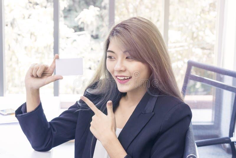 Jonge onderneemster die en over het projectwerk bij o glimlachen denken royalty-vrije stock afbeeldingen