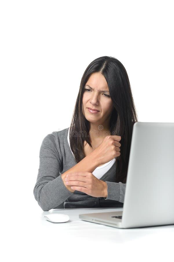 Jonge onderneemster die haar voorarm masseert royalty-vrije stock afbeeldingen