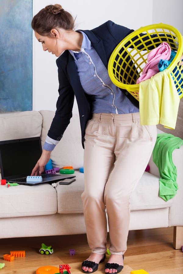 Jonge onderneemster die het huishoudelijk werk doen royalty-vrije stock afbeeldingen