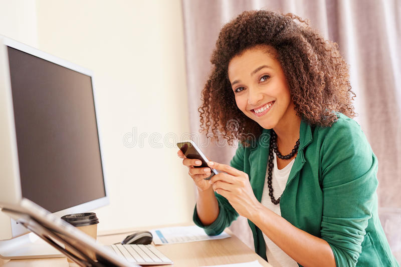 Jonge onderneemster die op haar telefoon telefoneren royalty-vrije stock afbeeldingen