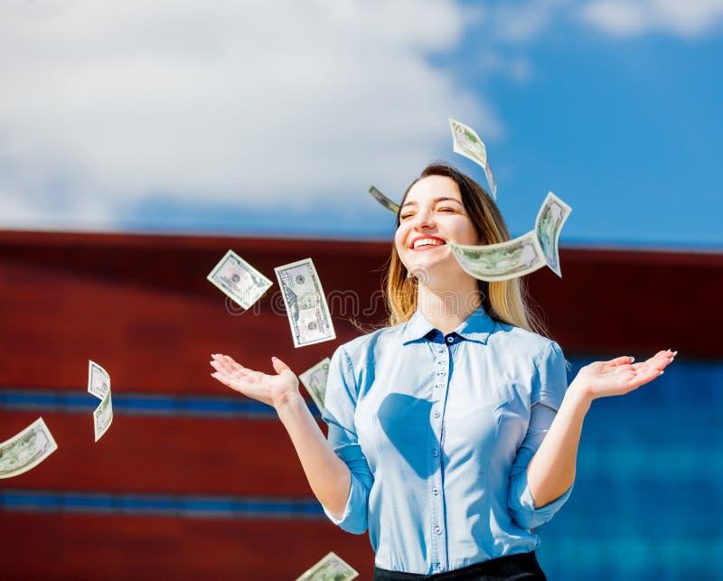 Jonge onderneemster met contant geldgeld stock afbeeldingen