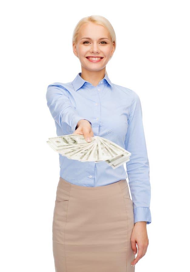 Jonge onderneemster met het geld van het dollarcontante geld stock afbeeldingen