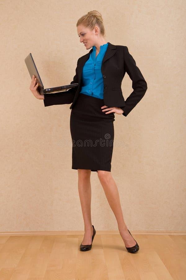 Jonge onderneemster met laptop royalty-vrije stock afbeeldingen