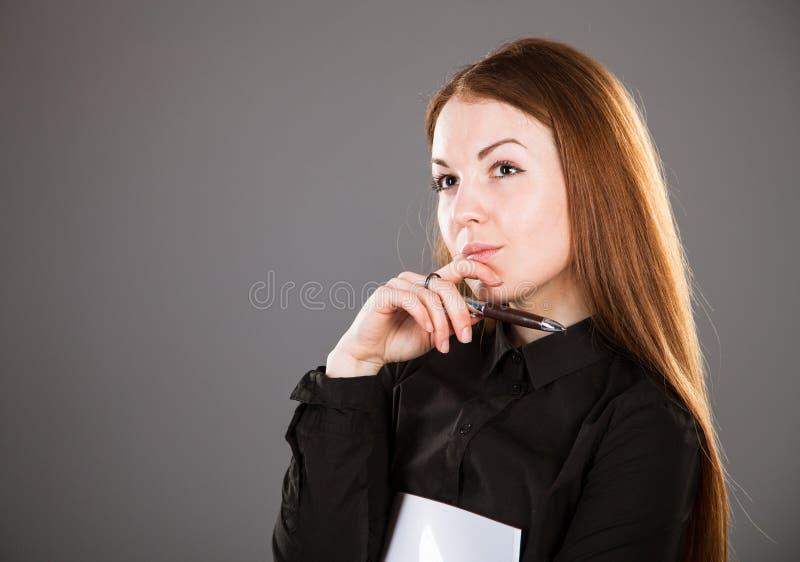 Jonge onderneemster met pen en documenten stock afbeelding