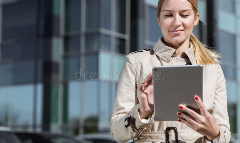 Jonge onderneemster met tablet stock foto's
