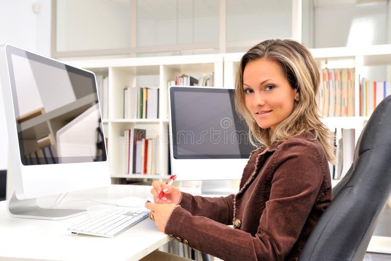 Jonge onderneemster op het kantoor stock foto's