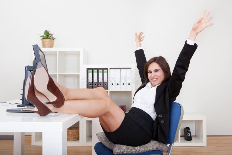Jonge Onderneemster Relaxing In Office royalty-vrije stock fotografie