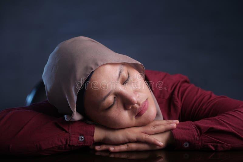 Jonge Onderneemster Tired, die In slaap op het Werk vallen stock foto
