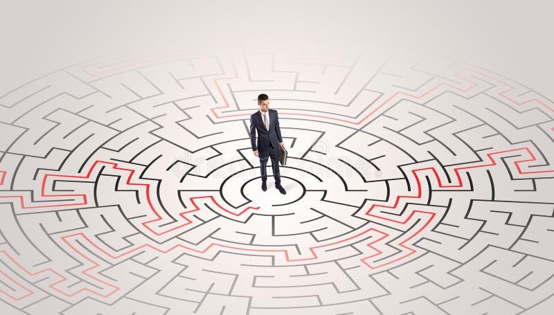 Jonge ondernemer die zich in een midden van een labyrint bevinden royalty-vrije stock foto's