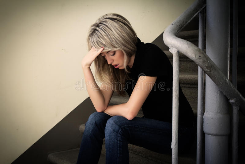Jonge ongelukkige vrouw in depressie royalty-vrije stock foto's