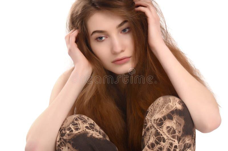 Jonge ongelukkige vrouw die neer kijken. stock afbeelding