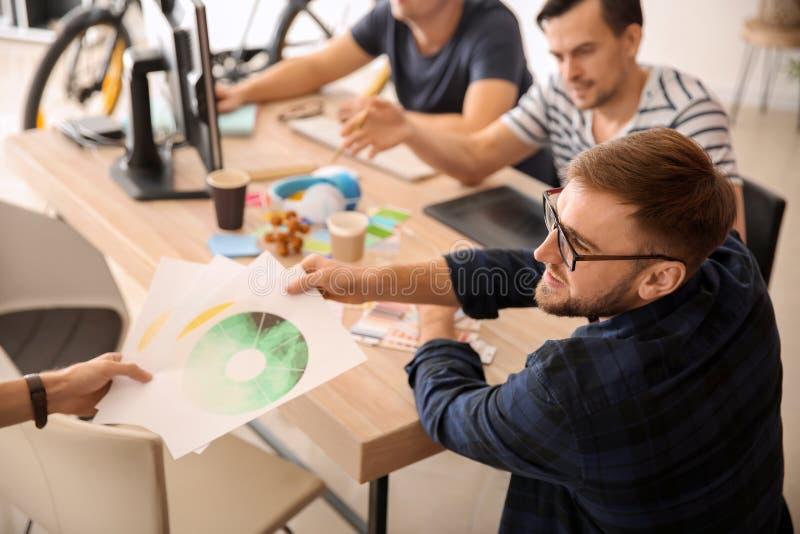Jonge ontwerpers die in bureau werken stock afbeelding