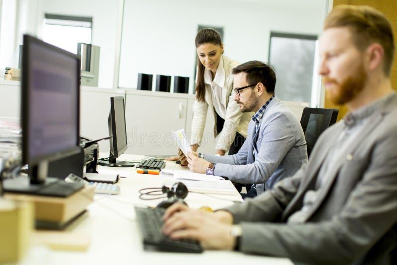 Jonge ontwikkelaars die in een modern bureau werken royalty-vrije stock afbeelding