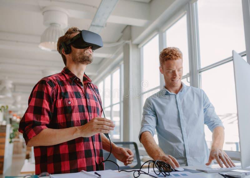 Jonge ontwikkelaars die virtuele werkelijkheidsglazen verbeteren stock afbeelding