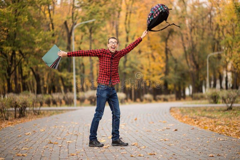 Jonge opgewekte gelukkige student die examens overging Mens die handen opheffen royalty-vrije stock foto's