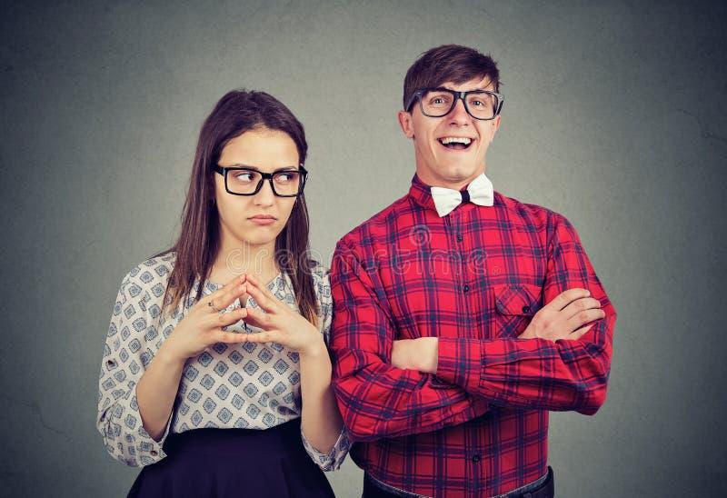 Jonge optimistische man en pessimistische vrouw stock foto's