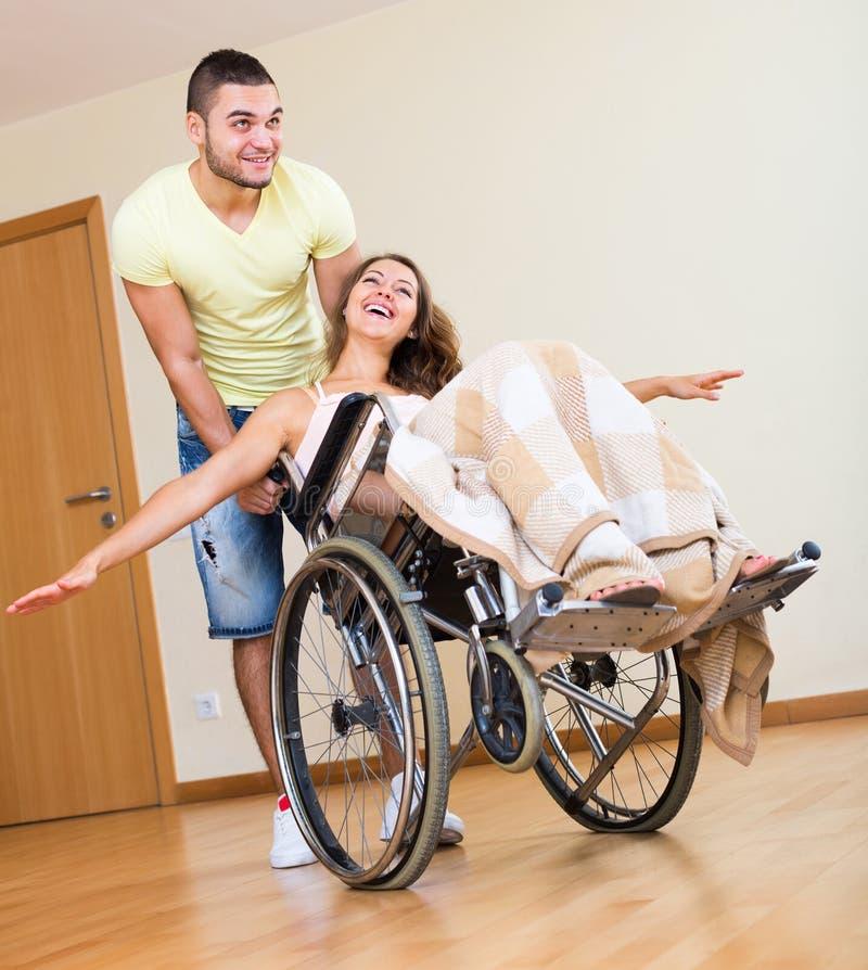Jonge opvoeder en gehandicapten stock afbeelding
