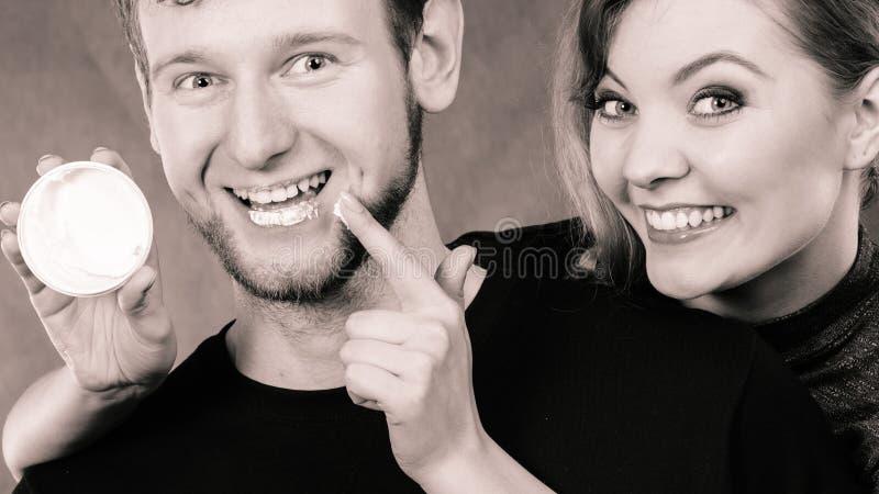 Jonge paar en huidzorg stock fotografie