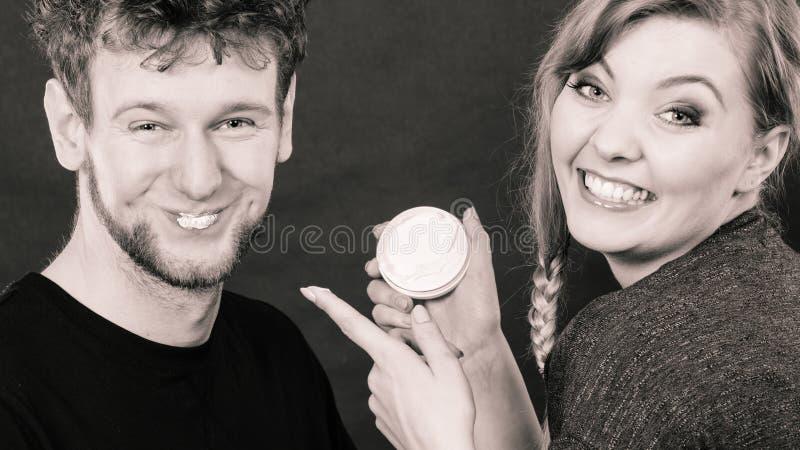 Jonge paar en huidzorg stock afbeelding
