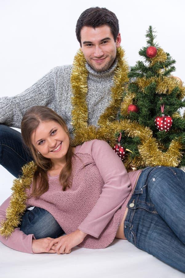 Jonge paar en Kerstboom royalty-vrije stock afbeelding