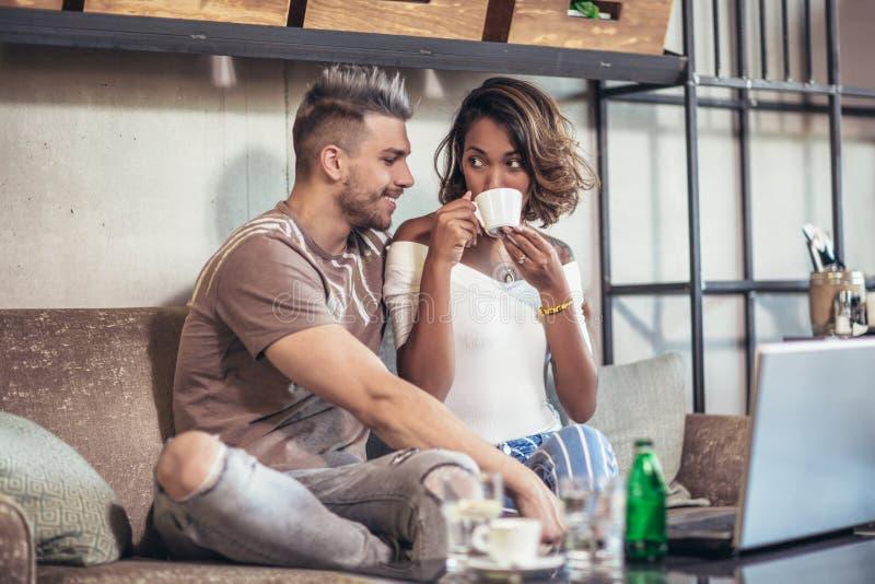 Jonge paar het besteden tijd tussen verschillende rassen in koffie royalty-vrije stock foto