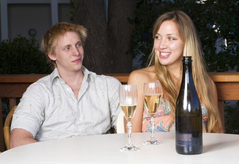 Jonge paar het drinken champagne royalty-vrije stock afbeeldingen