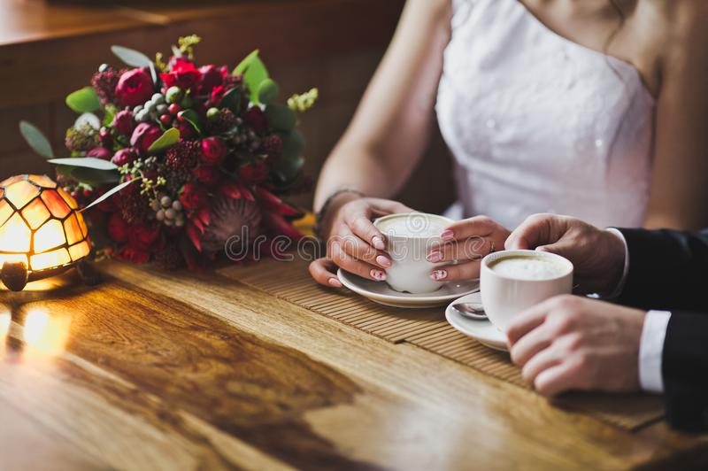 Jonge paar het drinken koffie uit glazen royalty-vrije stock foto's