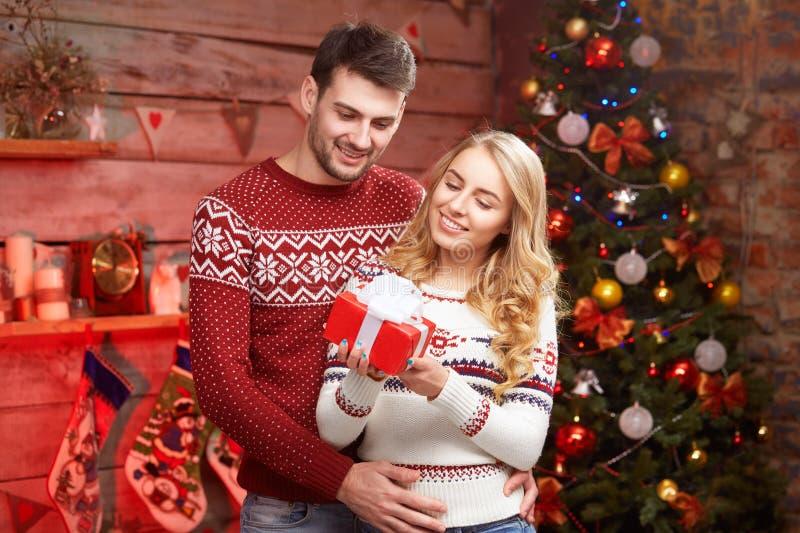 Jonge paar het vieren Kerstmis thuis royalty-vrije stock foto's
