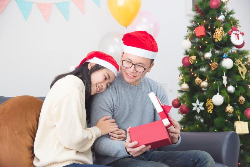 Jonge paar het vieren Kerstmis thuis royalty-vrije stock afbeelding