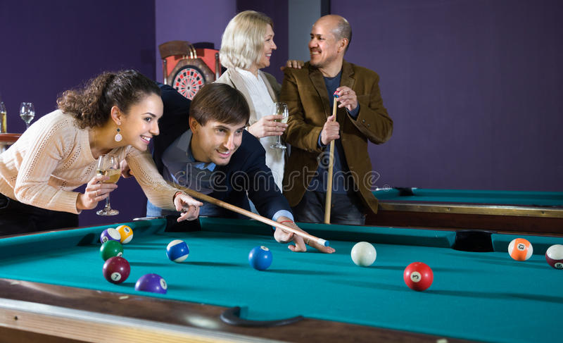 Jonge paar speelpool in biljart royalty-vrije stock foto