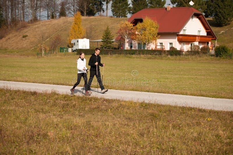 Download Jonge Paarhikino Op Een Warme De Herfstmiddag In Aard Stock Foto - Afbeelding bestaande uit wandeling, openlucht: 107708848