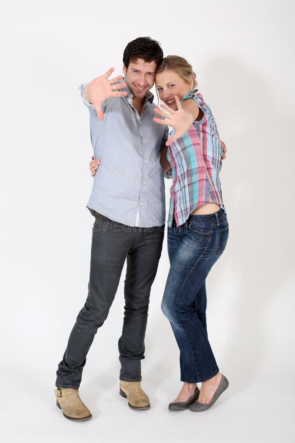 Jonge paarholding elkaar die handen tonen stock afbeelding