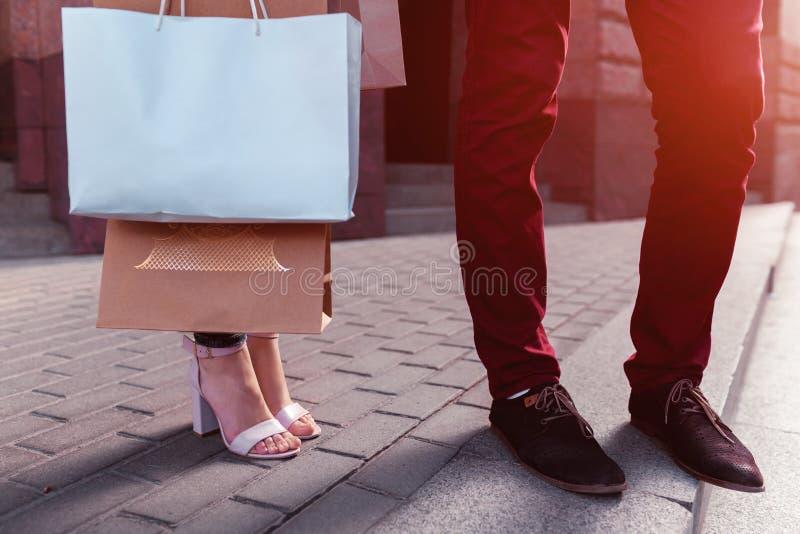 Jonge paarholding het winkelen zakken na het winkelen op stadsstraat in de zomer Close-up van aankopen Verkoop stock foto