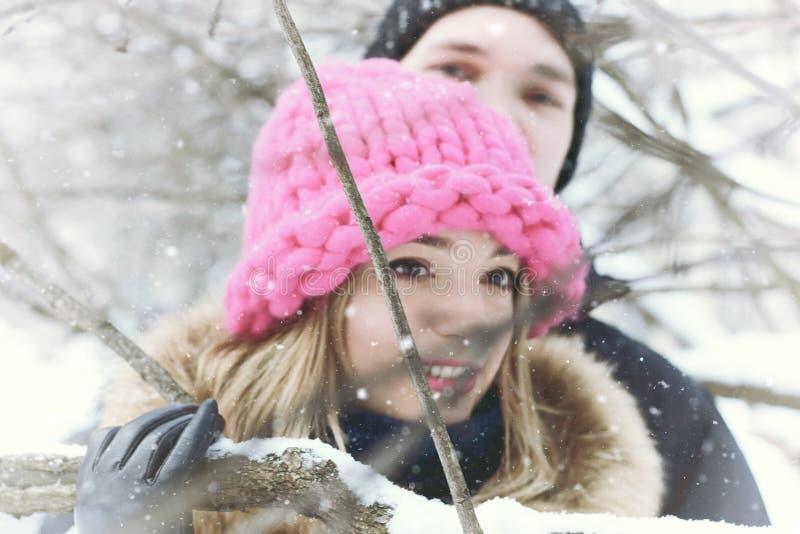 Jonge paarminnaars in de winter stock afbeeldingen