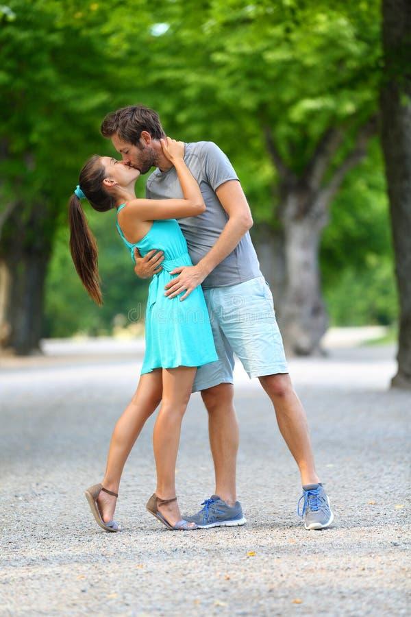 Jonge paarminnaars in liefde het kussen in de zomerpark royalty-vrije stock foto's