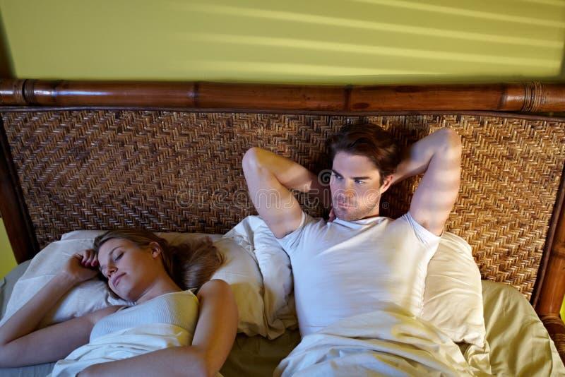 Jonge paarslaap in bed royalty-vrije stock afbeelding