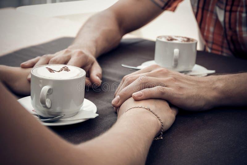 Jonge paarvergadering in een koffie royalty-vrije stock foto's