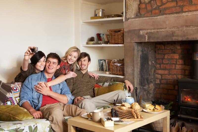 Jonge paren in comfortabel plattelandshuisje stock afbeeldingen