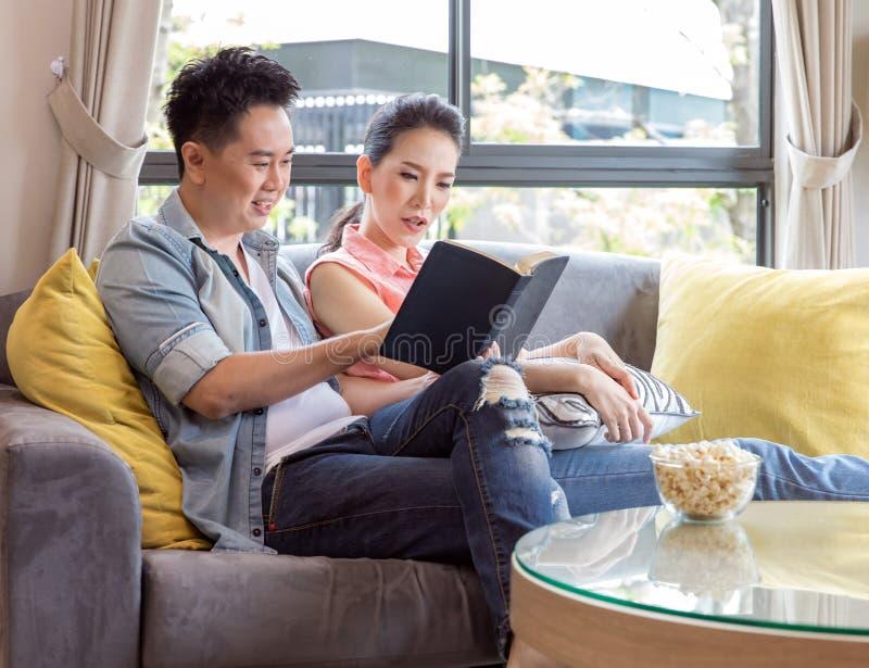 Jonge Paren die boek lezen royalty-vrije stock afbeeldingen