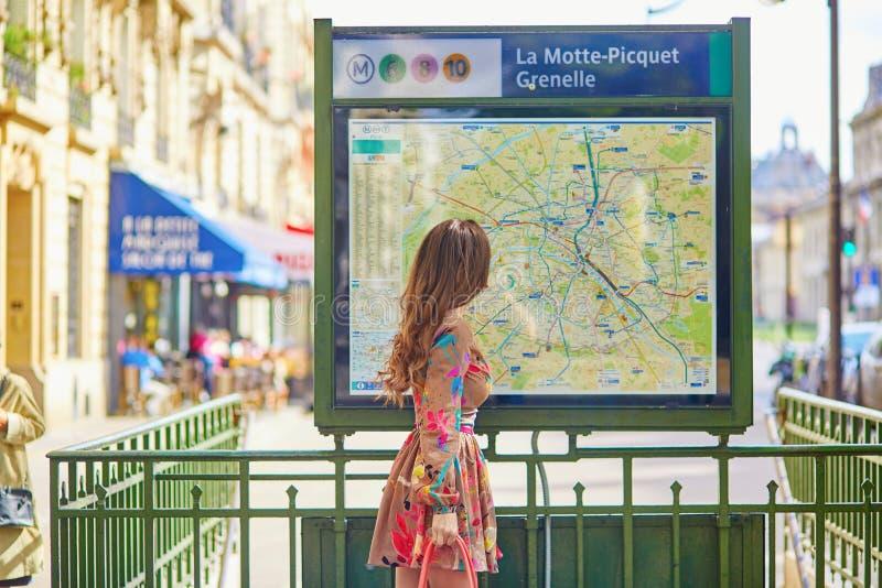 Jonge Parijse vrouw dichtbij het metroplan royalty-vrije stock fotografie