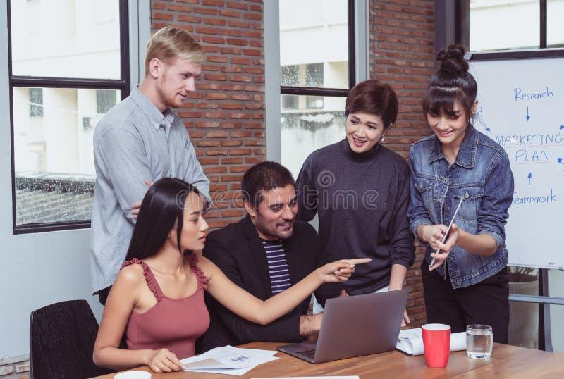 Jonge partners die ideeën bespreken en presentatie maken stock foto's